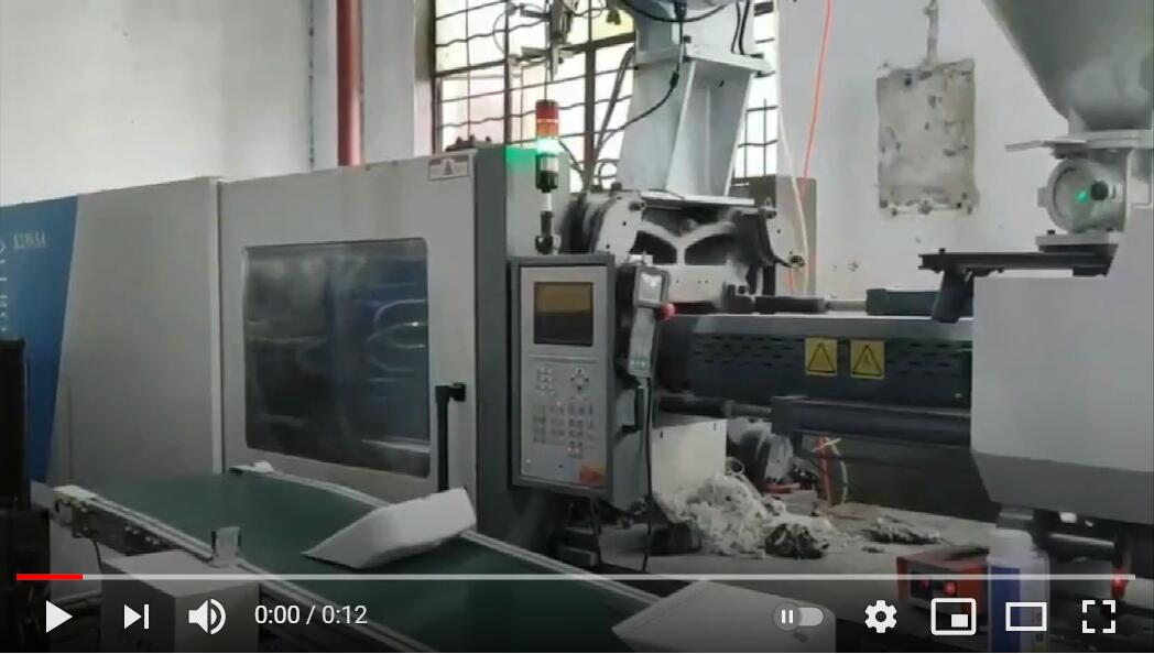 230 ton injection molding machine making dustpan with robot